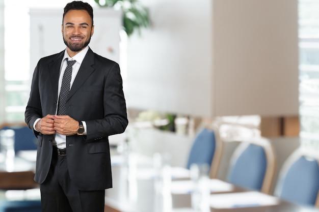 Bel homme d'affaires afro-américain gai Photo Premium