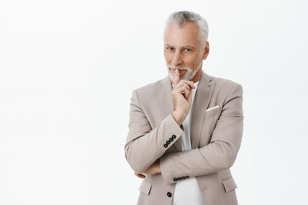 Bel Homme D'affaires âgé Rusé Shushing, Avoir Un Plan Secret Photo gratuit