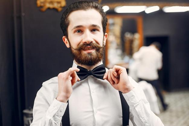 Bel homme d'affaires dans un salon de coiffure Photo gratuit