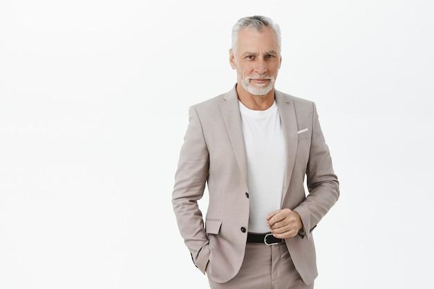 Bel Homme D'affaires Mature à La Recherche De Confiance Et Souriant Photo gratuit