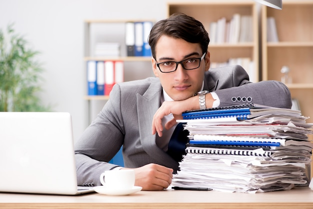 Bel homme d'affaires travaillant au bureau Photo Premium