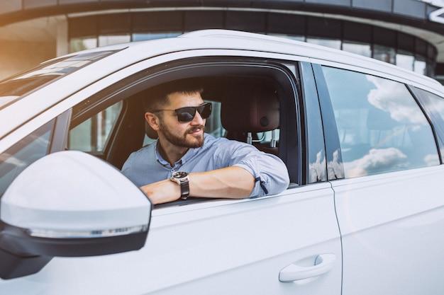 Bel homme d'affaires voyageant dans une voiture Photo gratuit