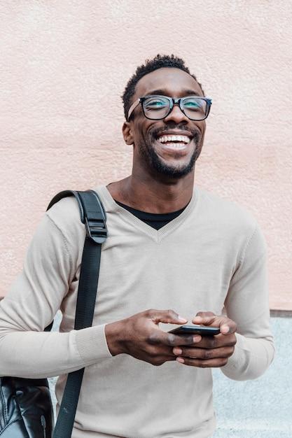 Bel Homme Afro-américain Souriant Avec Smartphone Photo Premium