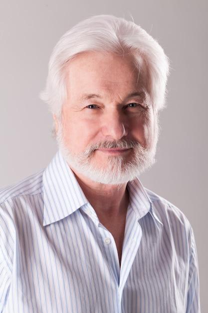 Bel homme âgé à la barbe grise Photo gratuit