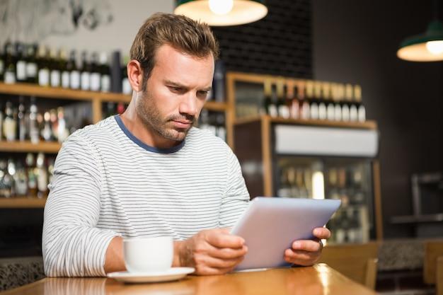 Bel homme à l'aide d'une tablette Photo Premium