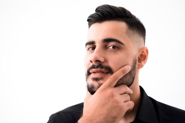 Bel homme après aller au salon de coiffure Photo gratuit