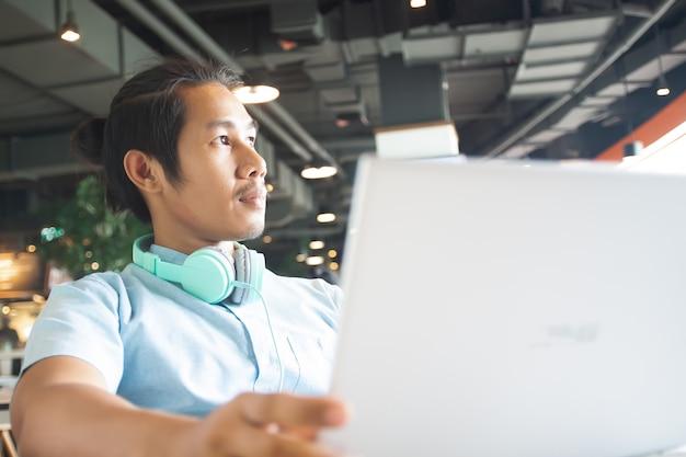 Bel Homme Asiatique à L'aide D'un Ordinateur Portable. Concept D'entreprise De Démarrage Photo Premium