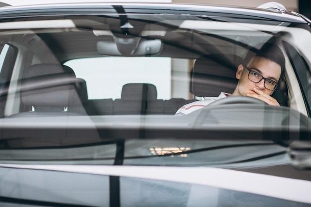 Bel homme assis dans la voiture Photo gratuit