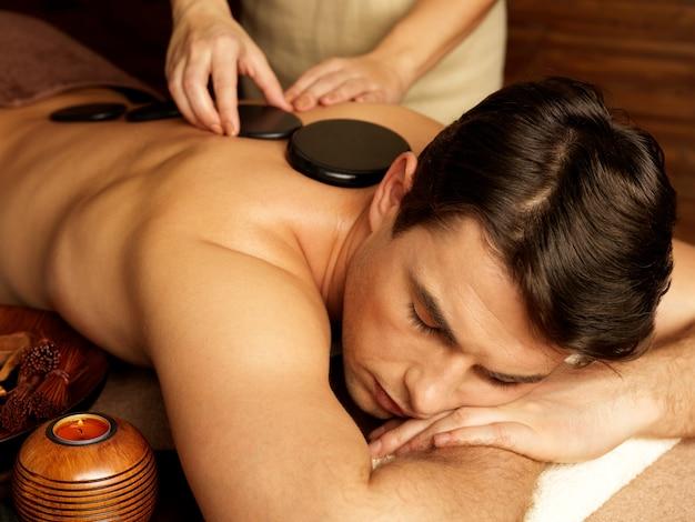Bel Homme Ayant Un Massage Aux Pierres Dans Un Salon De Spa. Mode De Vie Sain. Photo gratuit