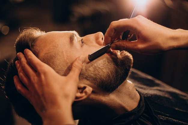 Bel Homme Barbe De Rasage Au Salon De Coiffure Photo gratuit