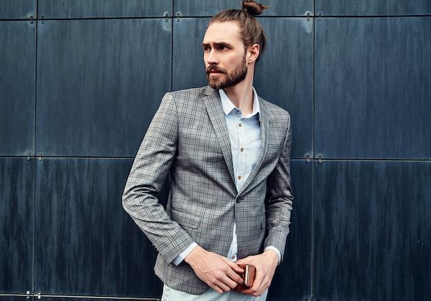 Bel Homme En Costume à Carreaux Gris Photo gratuit