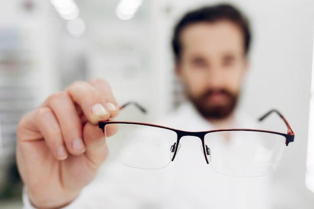 Bel homme dans un magasin d'optique Photo gratuit