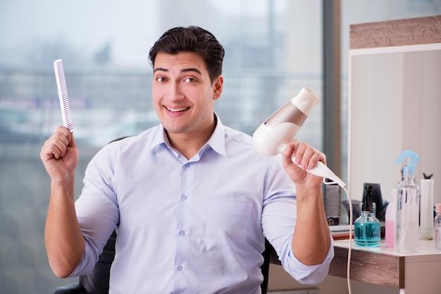 Bel homme dans un salon de coiffure faisant la coupe de cheveux Photo Premium
