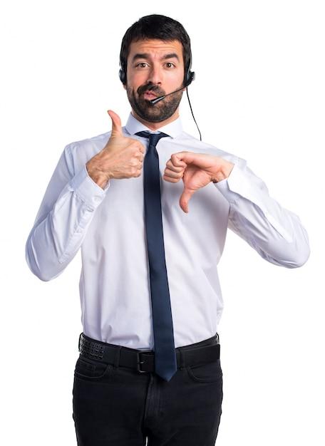 Un bel homme du télévendeur qui fait un mauvais signe Photo gratuit