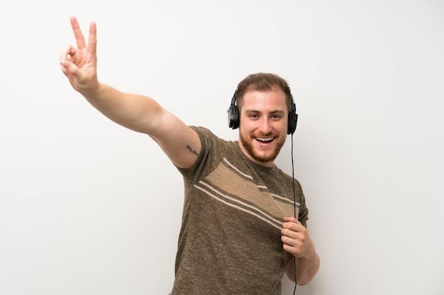 Bel homme écoutant de la musique avec des écouteurs Photo Premium
