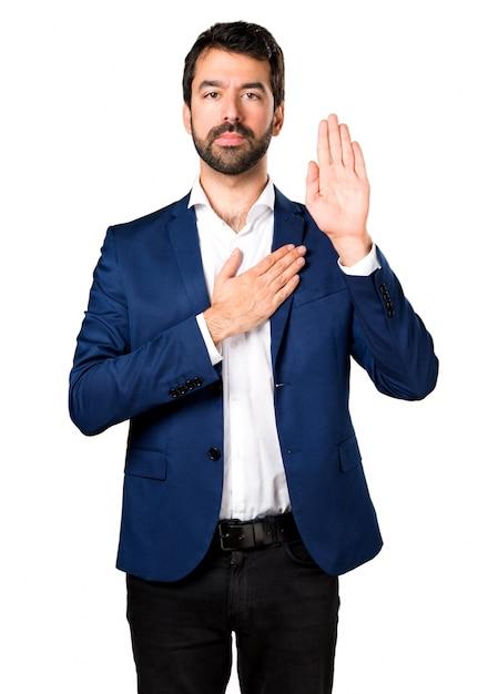 Bel homme faisant un serment Photo gratuit