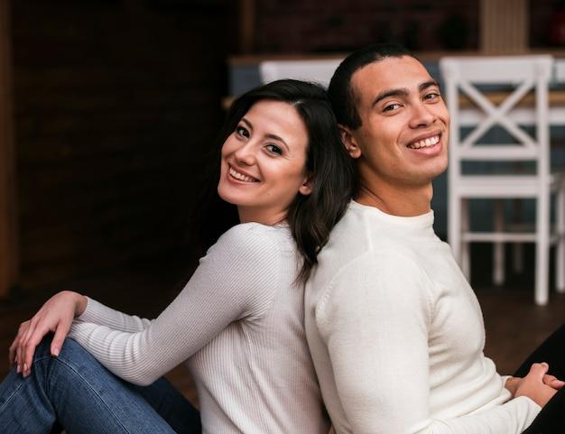 Bel homme et femme souriante Photo gratuit