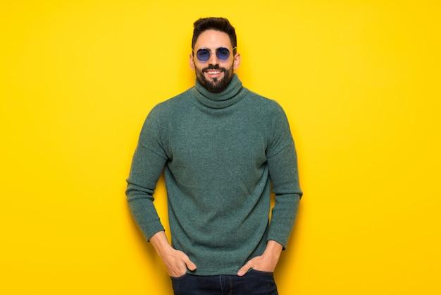 Bel homme sur fond jaune Photo Premium