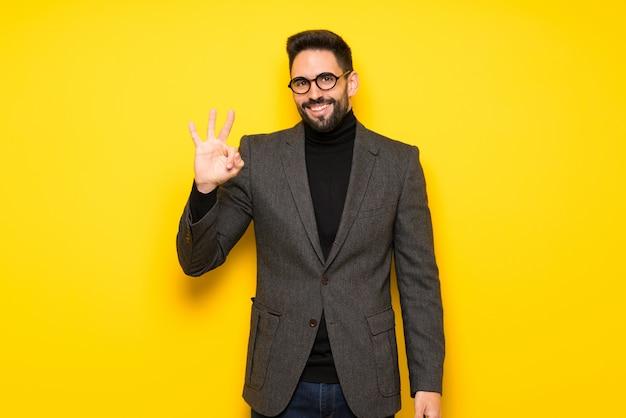 Bel homme avec des lunettes heureux et comptant trois avec les doigts Photo Premium
