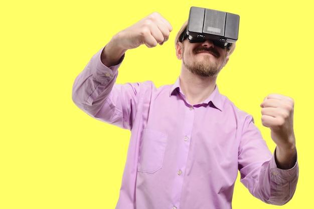 Bel Homme Avec Des Lunettes De Réalité Virtuelle Dans Une Chemise Lilas Isolée Photo Premium