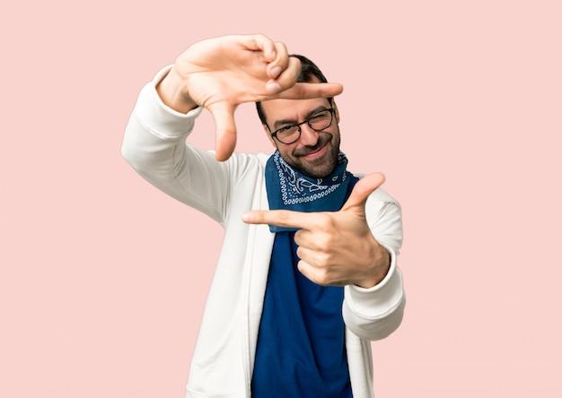 Bel homme avec des lunettes en se concentrant sur le visage. symbole d'encadrement Photo Premium