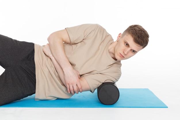 Bel Homme Montre Des Exercices Photo Premium