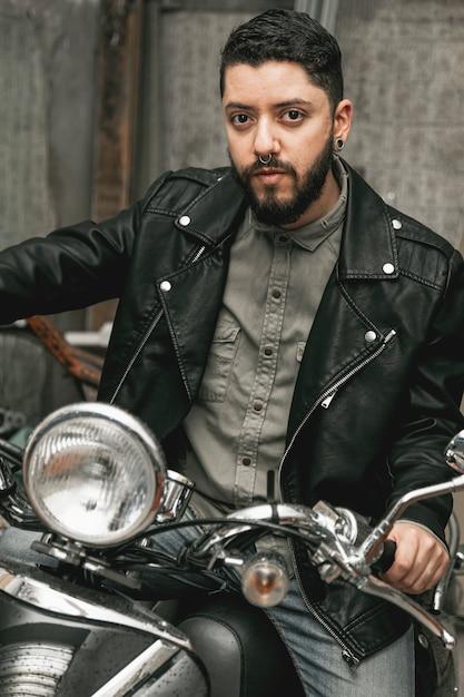 Bel homme sur moto vintage Photo gratuit