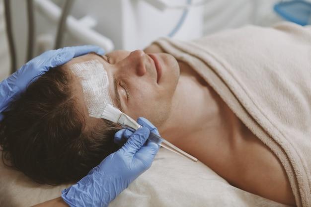 Bel homme obtenir un traitement de soin du visage Photo Premium