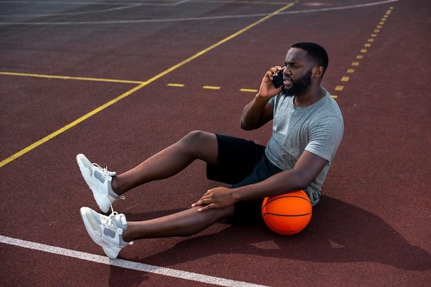 Bel homme parler au téléphone long shot Photo gratuit