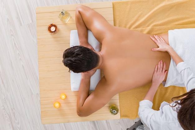 Bel Homme Pendant La Séance De Massage Spa Photo Premium