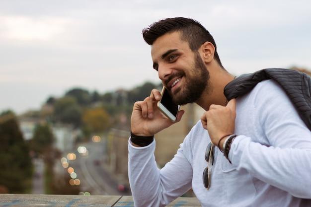 boutique de sortie 50-70% de réduction qualité et quantité assurées Un bel homme qui parle au téléphone à l'extérieur. avec une ...