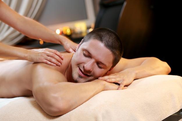 Bel homme se détendre dans un spa Photo gratuit