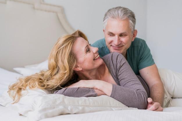 Bel homme senior et femme souriante Photo gratuit
