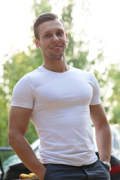 Bel Homme Avec Un T-shirt Blanc Photo gratuit