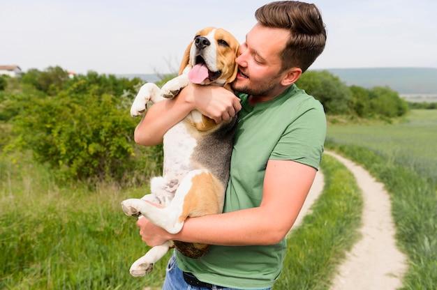 Bel Homme Tenant Un Beagle Mignon Dans Le Parc Photo Premium