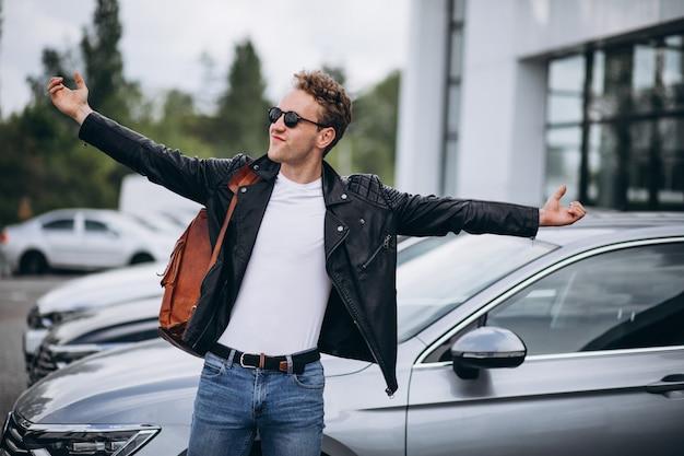 Bel homme touriste achetant une voiture Photo gratuit