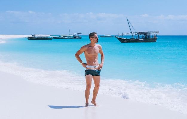 Bel homme en vacances au bord de l'océan Photo gratuit
