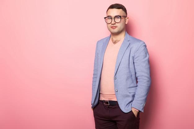 Bel homme en veste lumineuse Photo Premium