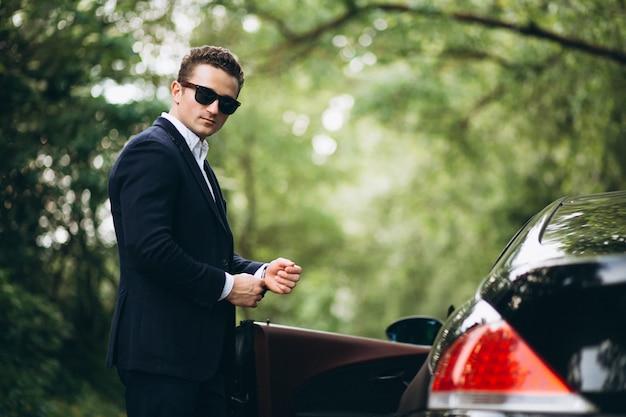 Bel homme en voiture Photo gratuit