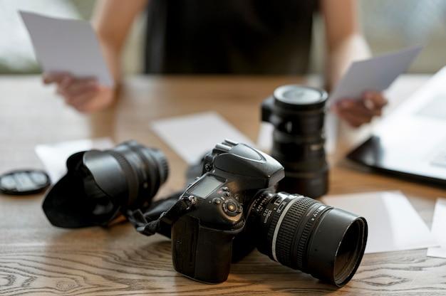 Bel Objectif D'appareil Photo Sur La Table Photo gratuit