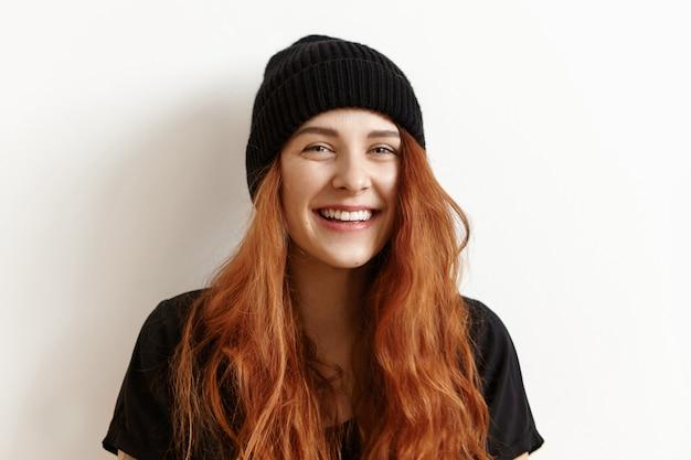 Belle Adolescente Rousse Avec Une Coiffure En Désordre Regardant Et Souriant à La Caméra Photo gratuit