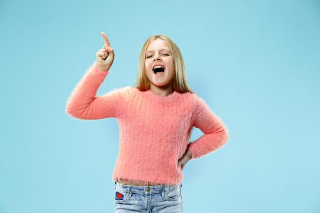 Belle Adolescente à La Surprise Isolé Sur Bleu Photo gratuit
