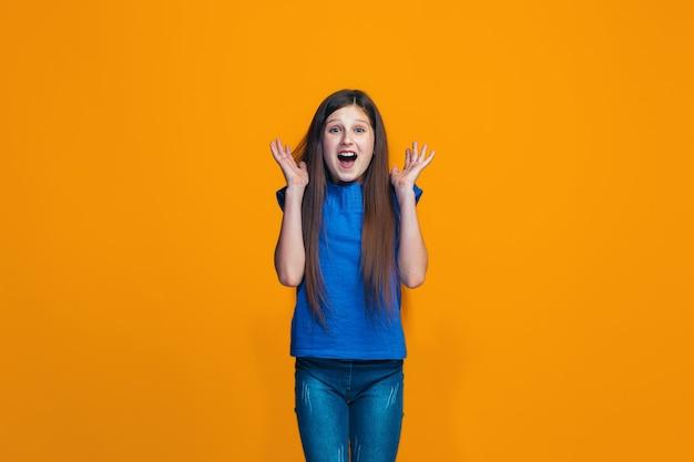 Belle Adolescente à La Surprise Isolée Sur Orange Photo gratuit