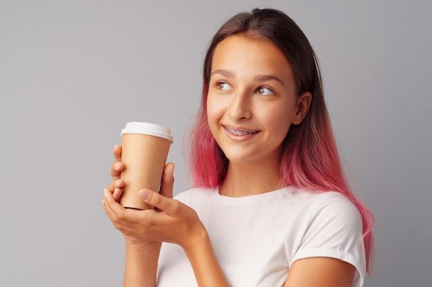 Belle adolescente tenant une tasse de café Photo Premium