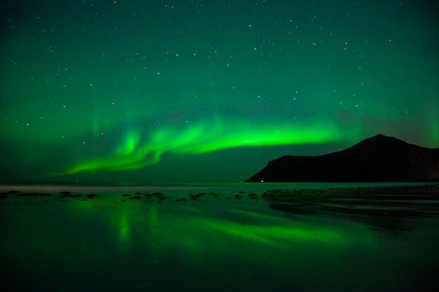 Belle aurore boréale dans les îles lofoten Photo Premium