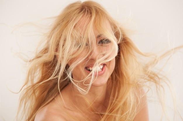 Belle blonde aux cheveux flottants Photo gratuit