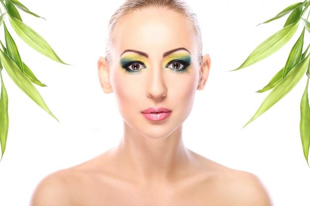 Belle Blonde Aux Feuilles De Bambou Photo gratuit
