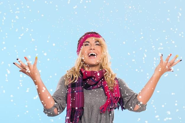 Belle Blonde En Bonnet Et écharpe Photo gratuit
