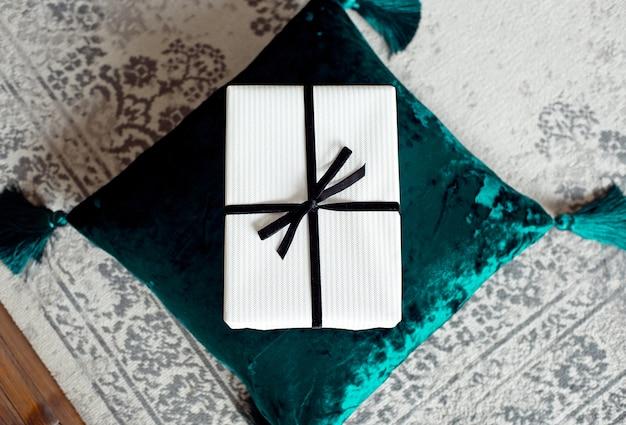 Belle Boîte Cadeau De Noël Sur Un Coussin Photo Premium