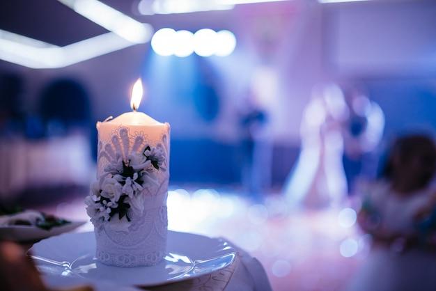 Belle bougie à la soirée de mariage. Photo Premium